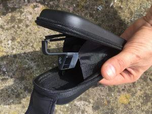 Das Brillenetui der Plasfun öffnet sich nach oben, so dass ein versehentlicher Rausfallen der Brille möglichst ausgeschlossen wird.