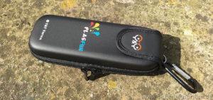 So kompakt sieht das Brillenetui bzw. die Transporttasche der Y&Y Sicherungsbrille im geschlossenen Zustand aus.