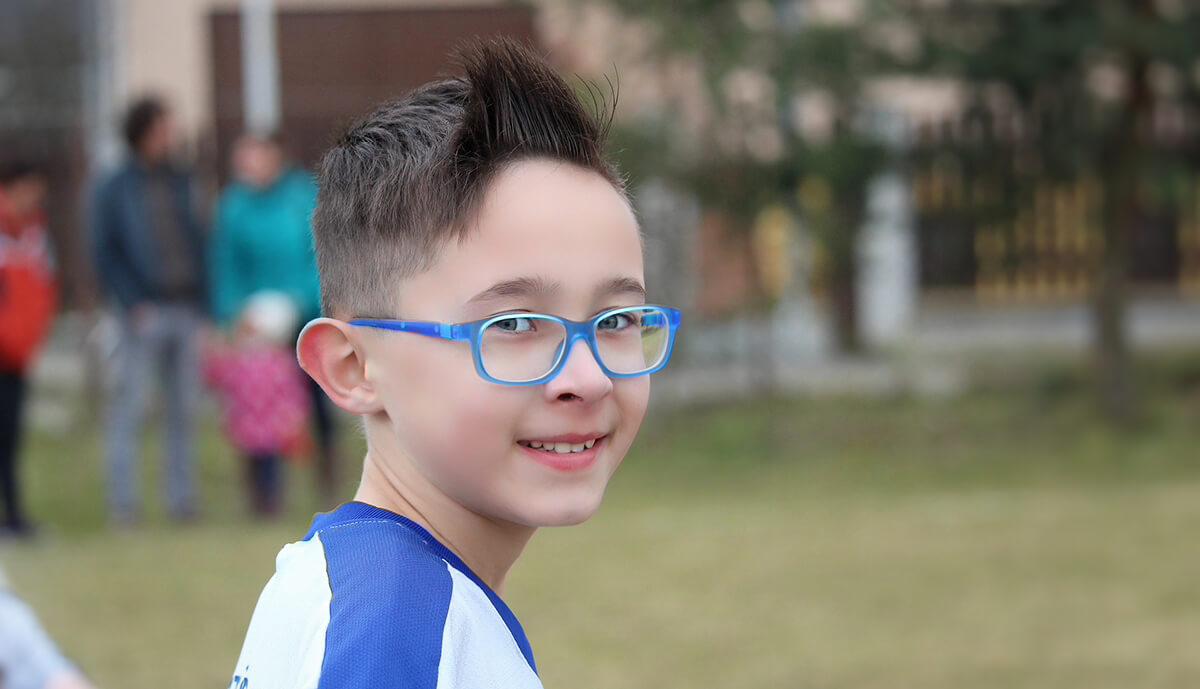 Bei Kindern stellt man die Winkelfehlsichtigkeit oft erst fest, nachdem sie in der Schule oder im Kindergarten ein auffälliges Verhalten an den Tag legen (Foto: 7721622/Pixabay).