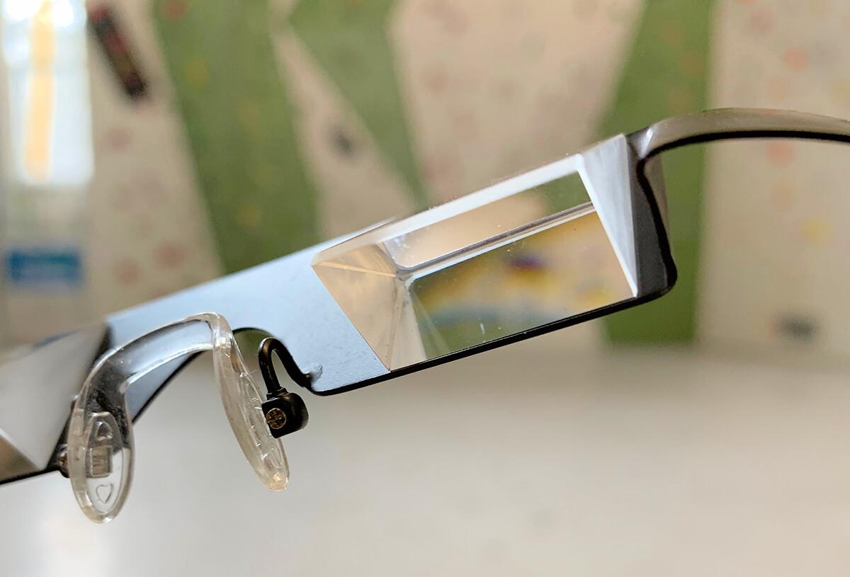 Würde man bei Sicherungsbrillen fürs Klettern statt Prismen Spiegel einsetzen, wären die Bewegungen des Kletterers und die restliche Abbildiung seitenverkehrt.