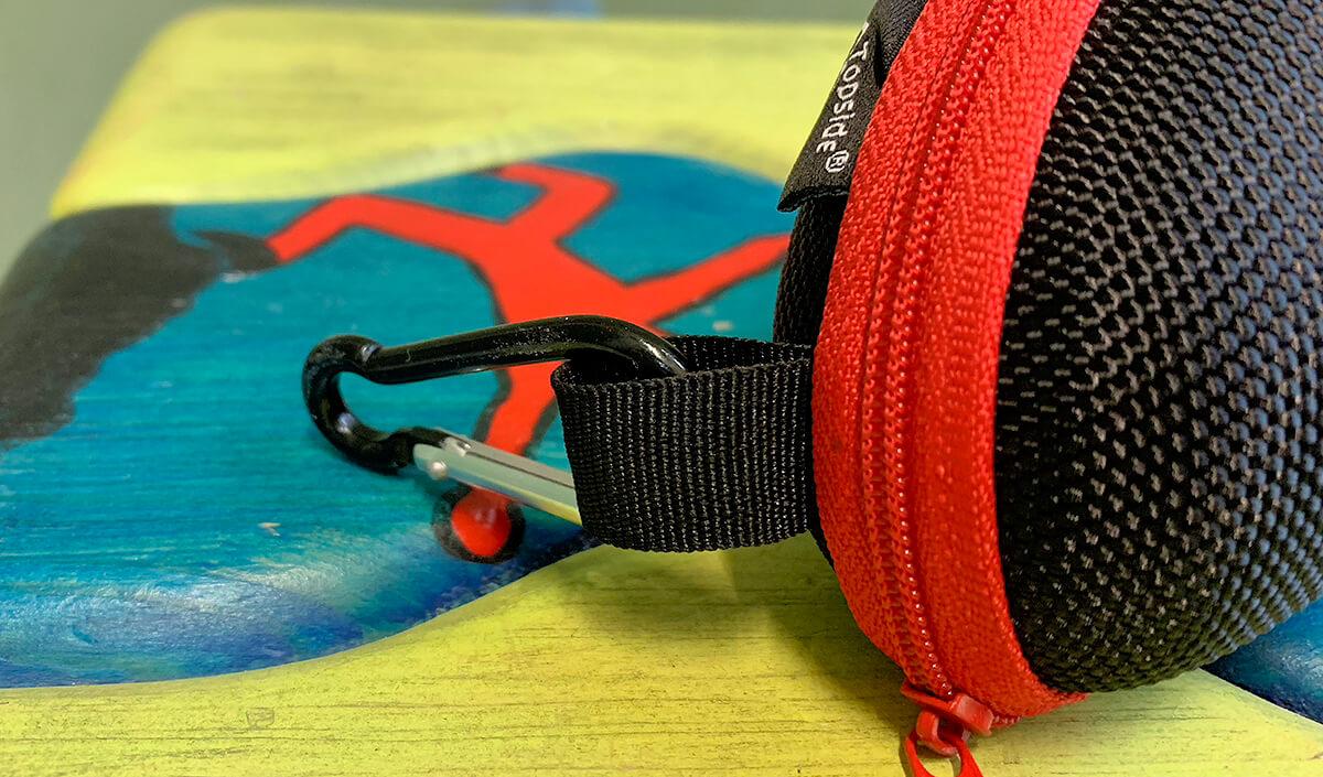 Der Karabinerhaken an dem Brillenetui ist besonders dann praktisch, wenn man innerhalb eines Klettergebiets kurze Strecken laufen muss und die Brille einfach an den Gurt hängen möchte.