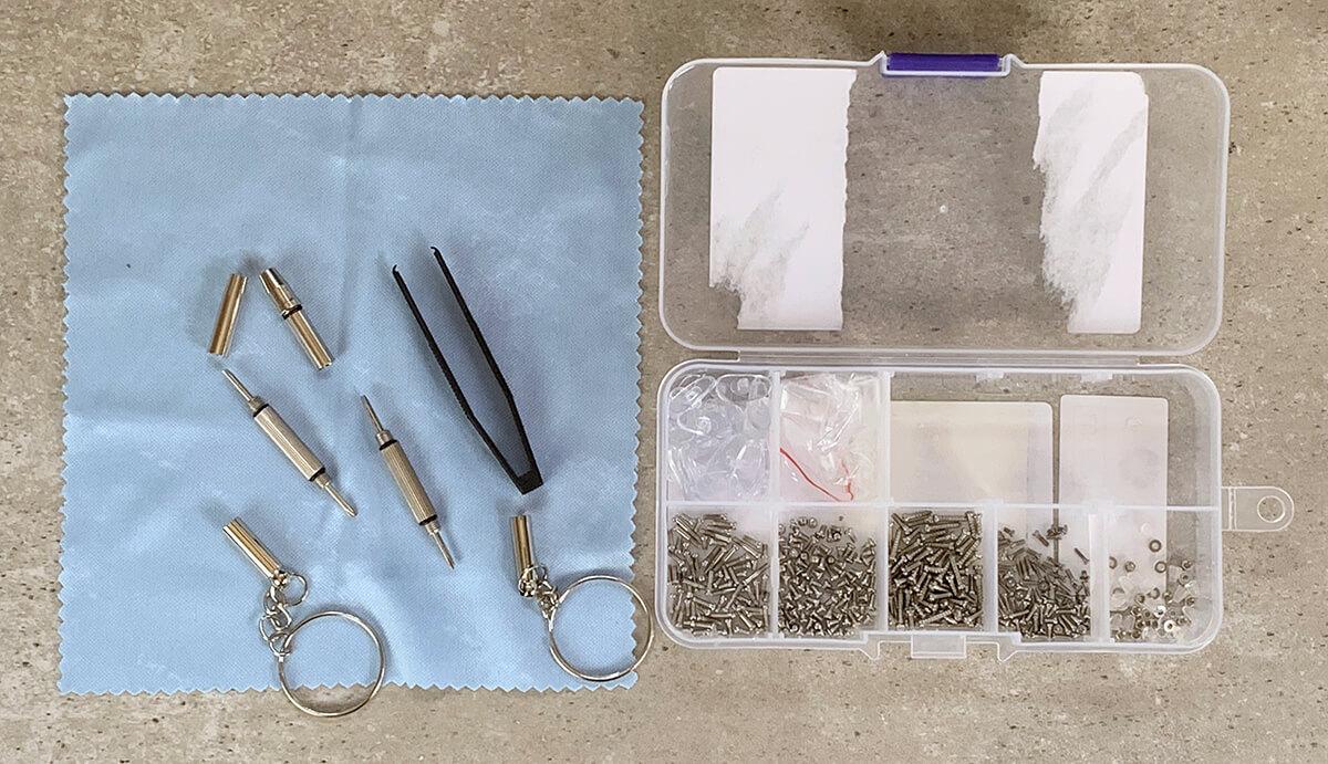 Im neuen Reparatur-Set sind jede Menge verschiedene Schrauben und auch sonst alle Teile enthalten, die man für die Reparatur benötigt.