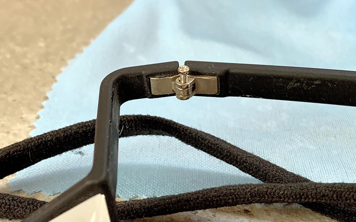 Hat man erst die passende Zwergen-Schraube gefunden, muss man sie nur noch reindrehen und schon ist die Kletterbrille repariert.